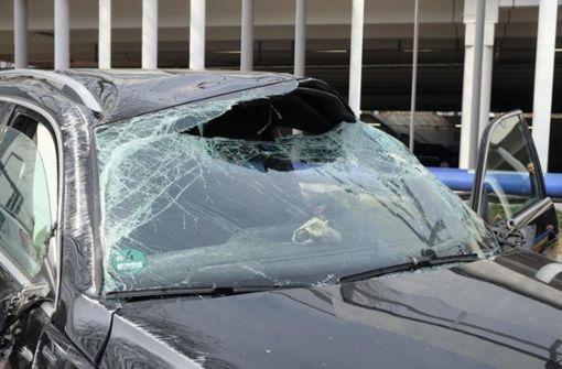 Auto überschlägt sich bei Unfall