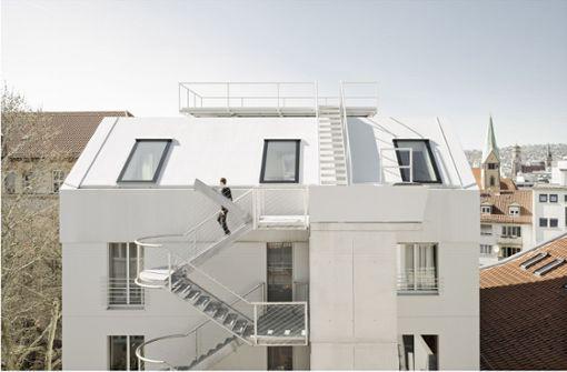 Neue Stahltreppe  auf der Vorderseite im High-Tech-Design  – auf der Rückseite  ist der Baukörper expressiv gefaltet Foto: Brigida Gonzalez