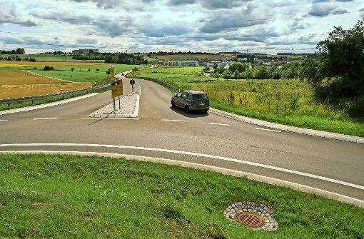 An der   Südumfahrung  gibt es  einen Kreisverkehr, an der geplanten Osttangente soll noch einer gebaut werden   –  manche Bürger halten das für unnötig. Zudem fürchten sie zusätzlichen Autolärm. Foto: factum/Weise