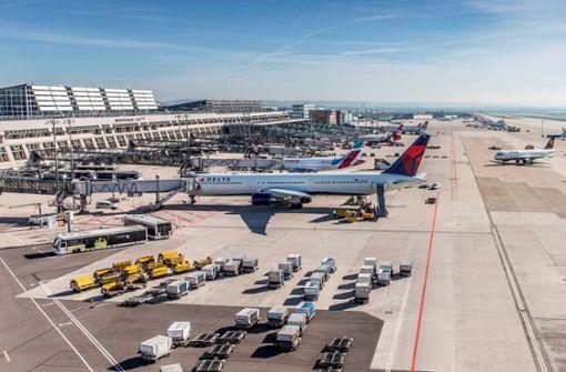 Massen von Urlaubern am Flughafen Stuttgart erwartet