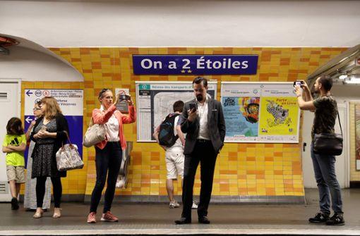 """Aus """"Charles de Gaulle -Etoile"""" wurde """"On a 2 Etoiles"""" (deutsch: Wir haben zwei Sterne). Foto: AFP"""