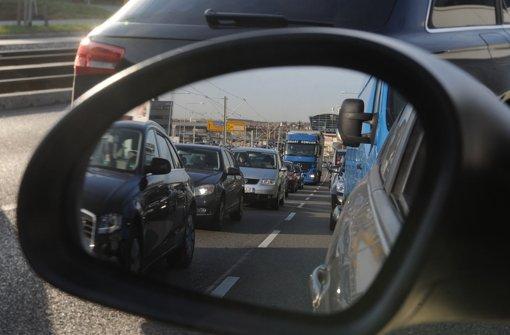 Nach einem Unfall auf der Neuen Weinsteige ist es am Donnerstagnachmittag zu einem langen Stau im Feierabendverkehr gekommen. (Symbolfoto) Foto: dpa
