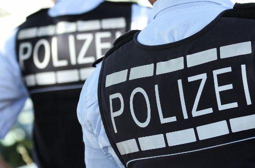 Mann wehrt sich gegen Polizisten