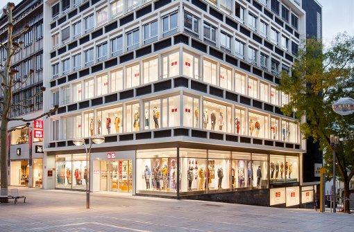 700 Menschen stehen Schlange für Mode aus Japan