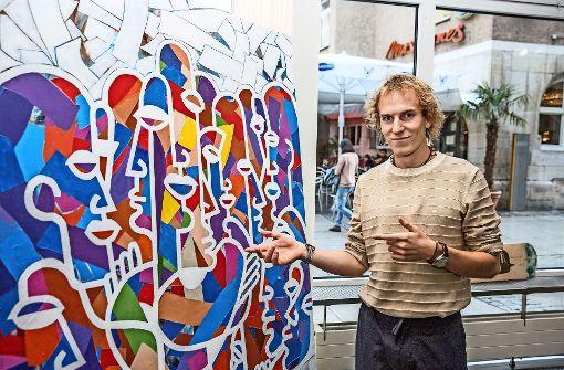 Junge Kunst an einem Platz mit Perspektive