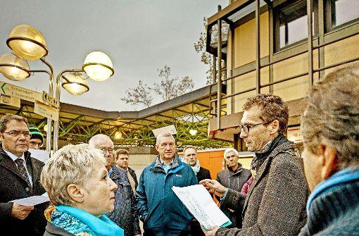 Nikolaus Hepding (Zweiter von rechts) gibt Auskunft zum Bahnhof Foto: Gottfried Stoppel