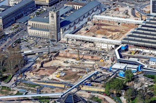 Im Schlossgarten und auf dem früheren Bahnsteig-Gelände im Hauptbahnhof sind inzwischen Baugruben ausgehoben. Ab Sommer soll betoniert werden Foto: 7aktuell.de/Heckel