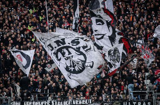 Fußball-Fans liefern sich Massenschlägerei