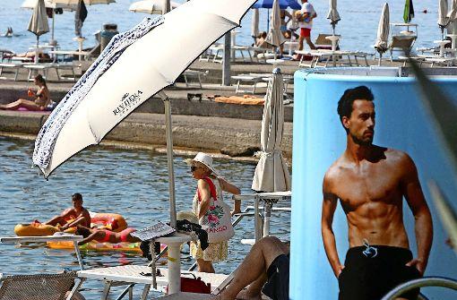Kroatiens Küste (hier der Strand von Opatia) ist bei den Urlaubern beliebt. Doch in diesem Sommer gibt es Ärger an den Stränden. Foto: dpa
