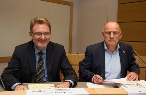 Minister Hermann (rechts) will von Bahn-Vizechef Kefer (links) Antworten zum Kostengutachten der S-21-Gegner. Foto: Christian Hass