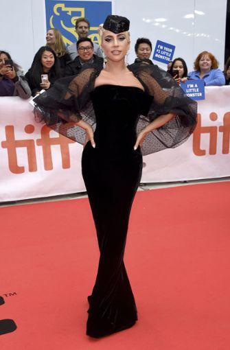 Lady Gaga lässt sich auf dem Laufsteg ganz in schwarz ablichten.  Foto: Invision via AP