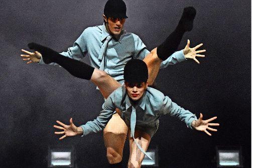 """Gauthier-Dance-Tänzer zeigen die  Jockey-Choreografie """"Conrazon corazon"""" Foto: Brocke"""