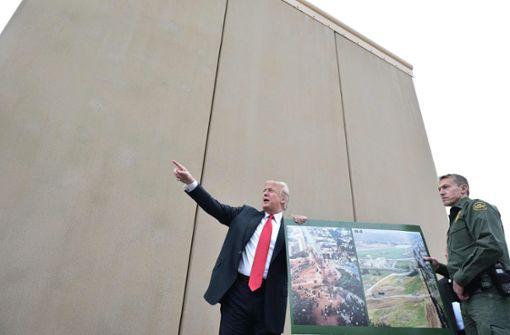 Donald Trump bei der Begutachtung von Prototypen für die geplante Grenzmauer zu Mexiko. Foto: AFP