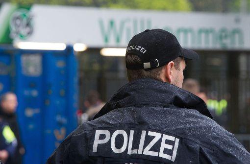 Ein Polizist steht vor dem Eingang ins Stadion.  Foto: dpa