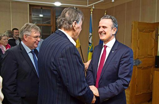 OB Frank Nopper (rechts) lässt sich im Rathaus beglückwünschen. Foto: Martin Stollberg