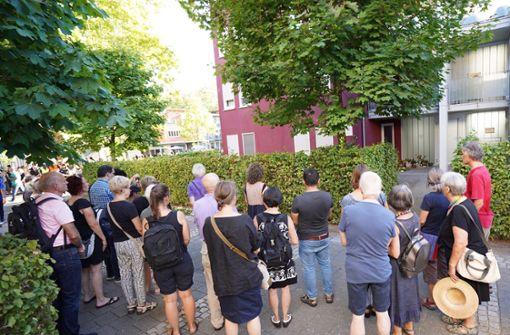 ... entlang der Strecke kamen etwa noch einmal doppelt so viele dazu, so dass sich bis zu 400 Menschen an dem Gedenken beteiligten. Die Polizei schätzte die Zahl der Teilnehmer auf etwa 300. Foto: dpa