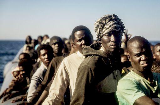 Immer mehr Migranten aus Afrika wagen die gefährliche Reise übers Mittelmeer, die meisten Boote sind völlig Foto: AP