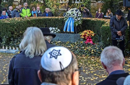 Gut 150 Menschen kommen zum  Gedenken auf den Göppinger Synagogenplatz. Foto: Christian Hass