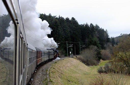 Dampflokspektakel im Dreierpack: Durch den Schwarzwald geht die Parallelfahrt mit den Dampflokstars 52 7596, P8 2455 Posen und 01 1066. Foto: Leserfotograf tiffy