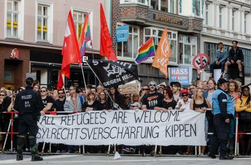 10.000 demonstrieren lautstark gegen rechte Hetze