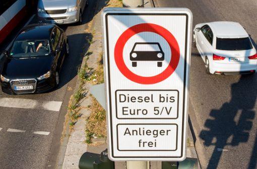 In Stuttgart gilt ab 2019 ein Fahrverbot, zunächst allerdings nur für Euro-4-Diesel. Doch das Damoklesschwert hängt über den Euro-5-Modellen. Foto: dpa