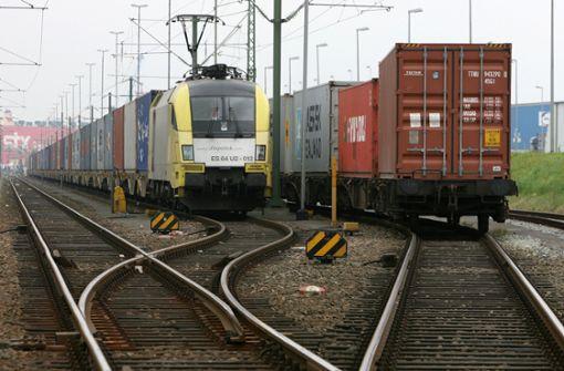 Flüchtlinge reisen auf Güterzug über die Grenze