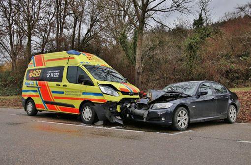 Krankentransporter in Unfall verwickelt