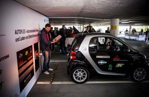 Bis kurz vor die Steckdose hat es dieser Smart ohne Fahrer geschafft. Foto: Lichtgut/Max Kovalenko
