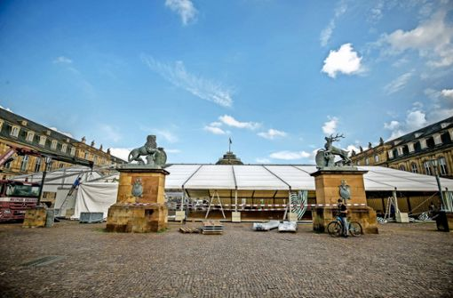Das Festzelt steht im Ehrenhof des Neuen Schlosses. Foto: Lichtgut/Leif Piechowski