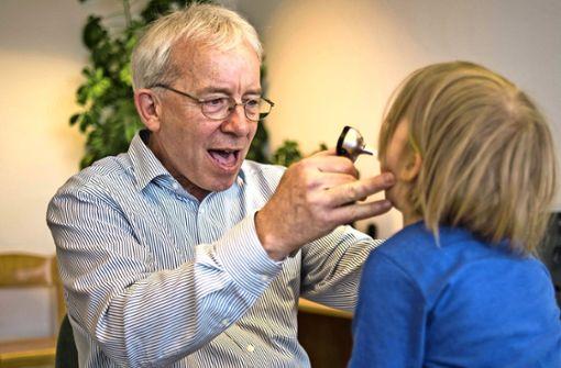 Kinderarzt Thomas Jansen schaut bei der Untersuchung  in den Hals. Foto: Lg/Max Kovalenko