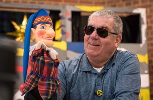 Er lässt für Kinder  die Puppen tanzen