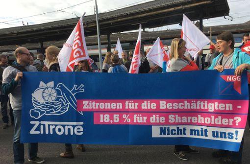 Mitarbeiter protestieren gegen Personalabbau und Werkschließungen
