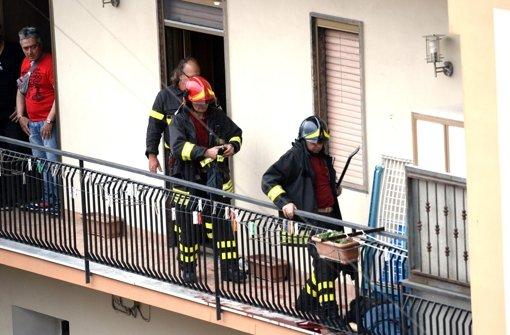 Mann eröffnet Feuer von seinem Balkon aus