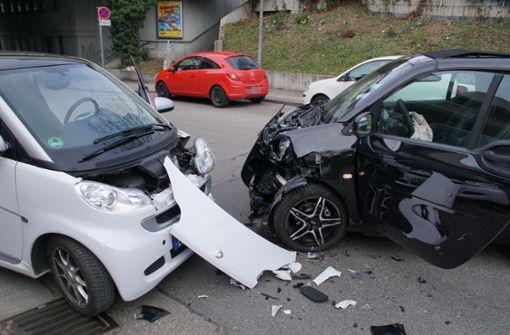 Bei der Kollision wurden die beiden 27 und 62 Jahre alten Fahrerinnen leicht verletzt. Foto: Andreas Rosar