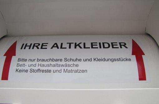 Unterm Fernsehturm stehen an sieben Orten Container, mit denen gemeinnützige Organisationen Altkleider sammeln. Foto: Sägesser