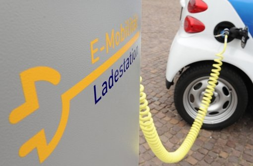 Eine Million Elektro-Autos will die Bundesregierung bis 2020 auf die deutschen Straßen bringen. Aber noch liegt das Ziel in weiter Ferne. Foto: dpa