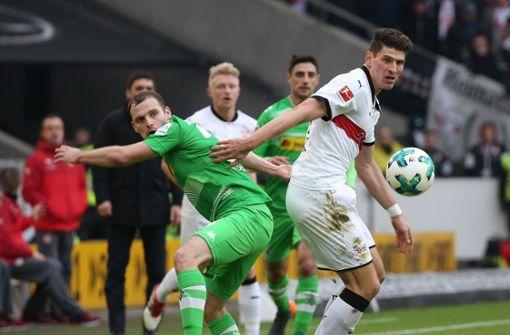 Mario Gomez (rechts) im Kampf um den Ball. Foto: Pressefoto Baumann