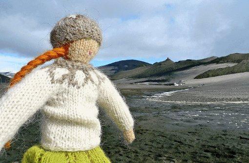 """pstrongIcelandic Mountain Guides: Stricken und Wandern in Island /strongbr / Stricken und Wandern auf Island. Klingt zunächst sehr ungewöhnlich. Bei näherem Hinschauen wird deutlich, wie gut diese Kombination gewählt ist. Die """"kreative Idee"""", so lobte die Jury, wird hier von Hélène Magnusson vielfältig umgesetzt: vom Besuch eines Strickmuseums, dem Besuch einer Wollproduktion, die es nur in Island gibt, dem Kauf von Wolle sowie Strickworkshops widmet sich das Programm allen Facetten des Strickens. Die Jury fand, dass das Angebot der langen Tradition der Wollgewinnung auf Island in moderner Form gerecht wird. Zudem ist Stricken (wieder) im Trend. Die Jury: """"Dieses Angebot ist ein guter Ansatz, Island wieder ins Bewusstsein von Reisenden zu bringen nach der Beinahe-Pleite und den Folgen des Ausbruchs des Vulkans Eyjafjallajökull im Jahr 2010.""""/p Foto: SoAk"""