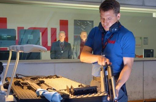 Peter Zirler (Hanno Koffler, vorne) arbeitet als Waffenvorführer bei der Rüstungsfirma HSW. Zunächst empfindet er die Firma als Familie.  Foto: ARD