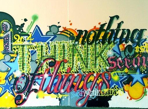Bunte Graffiti für dunkle Schmuddel-Passage