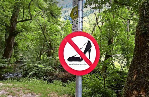 High Heels im Wald verboten? Ein witziges Schild mit einem ernsten Hintergrund: Der Tourismus vertrage sich im Biosphärengebiet nicht überall mit dem Naturschutz, klagen Kritiker. Foto: Torsten Schöll