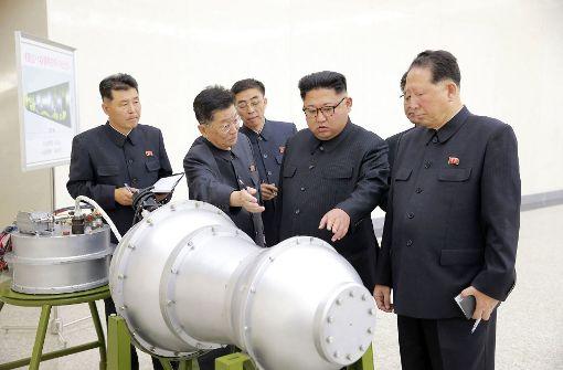 Die von der Regierung Nordkoreas am 3.September 2017 verbreitete Aufnahme zeigt Staatschef Kim Jong Un (zweiter von rechts) bei der Inspektion eines angeblichen Wasserstoffbomben-Sprengkopfes an einem nicht genannten Ort.  Foto: dpa