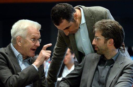 Winfried Kretschmann beim Landesparteitag der Grünen mit Cem Özdemir und Boris Palmer (von links). Kretschmann ist mit einer Kampagne der JU gar nicht einverstanden. (Archivfoto) Foto: dpa