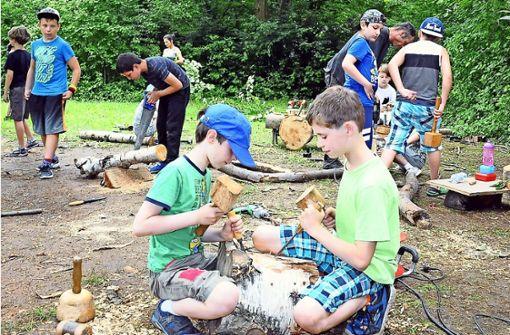 Kinder gestalten Skulpturen aus Holz