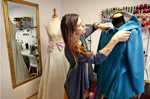 Sabine Stoll und ihre Steckenpferde: ein Brautkleid und eine Jacke Foto: factum/Granville
