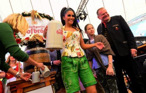 Im Almhüttendorf auf dem Stuttgarter Frühlingsfest übernahm Mia Gray das Anzapfen. Foto: www.7aktuell.de |