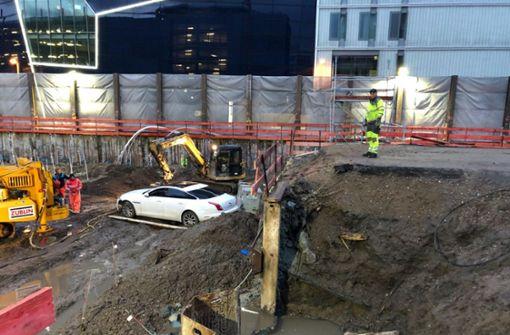 Jaguar-Fahrer stürzt in Baustellengrube