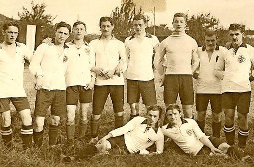 2. April 1912: Der FV Stuttgart 1893 fusioniert mit dem Kronenklub Cannstatt – das Ergebnis ist der VfB Stuttgart 1893. Der Hintergrund des Zusammenschlusses: Beim FV Stuttgart läuft es sportlich gut, man steht vor Spielen um den Aufstieg in die Südkreisliga, der höchsten Spielklasse der Zeit, es mangelt aber an einer entsprechenden Spielstätte. Der Kronenklub hat einen feinen Rasen, aber keine Aufstiegschance mehr – so entsteht die Idee der Fusion.1. September 1912: Der VfB steigt nach einem lange torlosen Spiel gegen den FC Mühlburg auf. Siegtorschütze für die Stuttgarter ist Copé Wendling. Bis zur Eröffnung der Platzanlage am Cannstatter Wasen dauert es noch bis 1919.  Foto: VfB