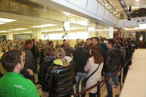 Hunderte warten auf neues iPhone 6S
