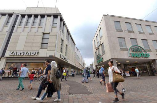 Kaufhof und Karstadt sind bisher wie hier in Trier noch Konkurrenten. Das könnte sich bald ändern. Doch eine Fusion bedeutet auch die Schließung von Häusern und Stellenabbau. Foto: dpa
